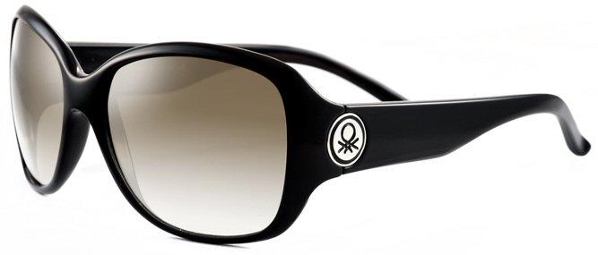 baa254867a232 Os óculos da marca italiana United Colors of Benetton (ref. 5200) têm a  armação toda preta e uma aplicação do famoso punto maglia em metal nas  hastes.