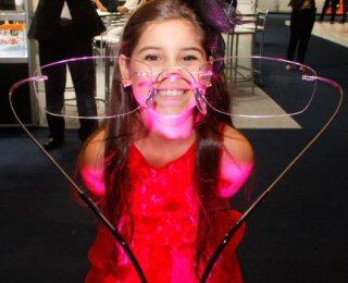 4de1efc11 Miss Universo Mirim visita feira de óculos e apresenta tendência em ...