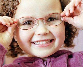 8fddd49a3 Crédito da Foto: Dicas para as crianças que usam óculos. Na volta às aulas  ...