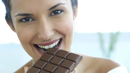 1282616613_Chocolate_mulher_comendo_450.jpg