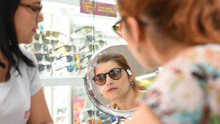 1100947589_Mulher_provando_oculos_450.jpg