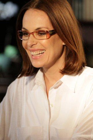 d6e74ec4030 Atriz Carolina Ferraz na nova campanha de varejo das Óticas Carol